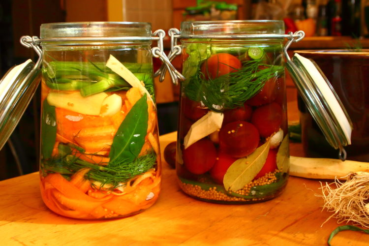 Małosolny ikiszony. Pomidory orazmarchew. Zdjęcie archiwalne.