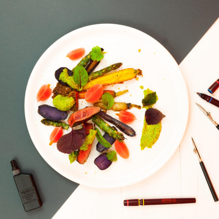 Kolorowanka na talerzu: steak, kiszona rzodkiewka, kolorowe marchewki, kolorowe ziemniaki
