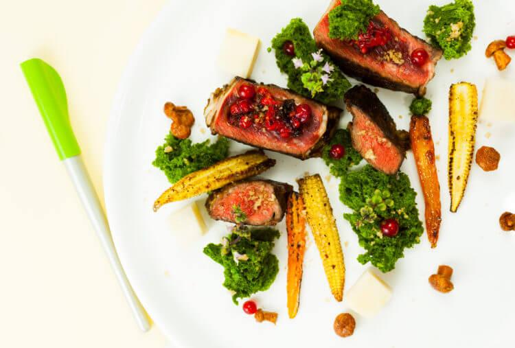 Kolorowanka na talerzu: steak z serca wołowego, zielone ciasto z mikrofali, kiszone kurki