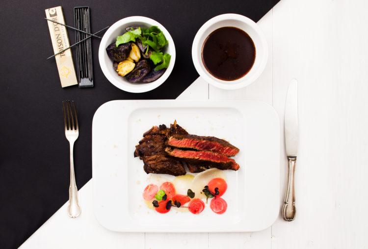 Stek wołowy idealny podany z kiszonkami