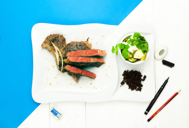 Stek sous-vide z czarną musztardą i mizerią z jabłek